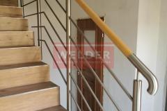 Balustrada stal nierdzewna z drewnianym pochwytem (4)