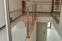 Balustrada-drewno-stal-nierdzewna-szklo-szklana-nierdzewna-4